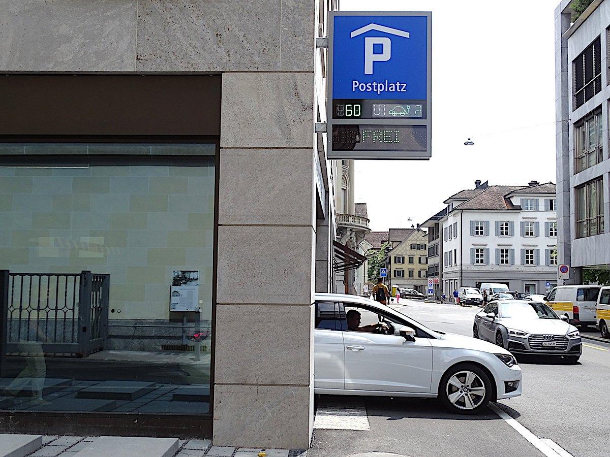 Bis jetzt noch wenig begehrt bei Autofahrern: das neue Postplatz-Parkhaus mit 100 Parkplätzen.