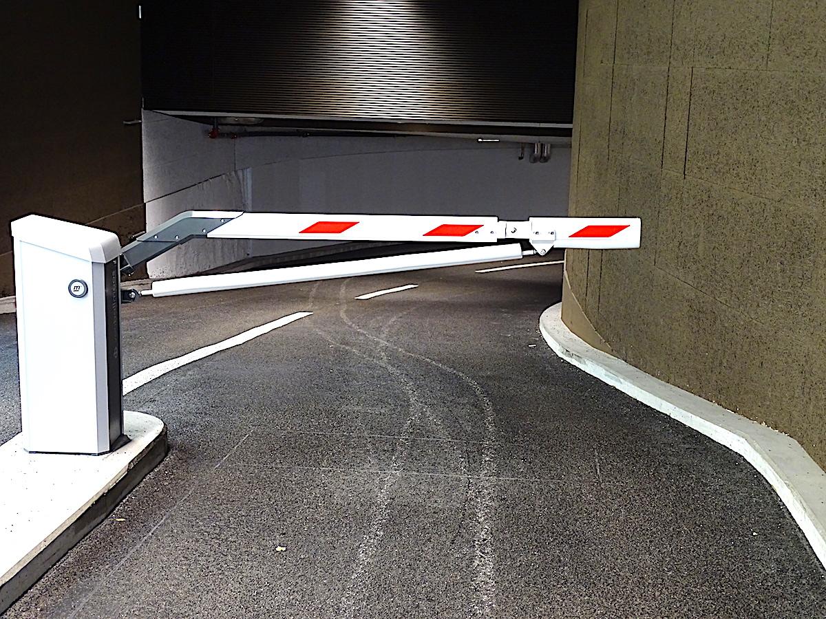 Die Einfahrt ins neue Postplatz-Parkhaus ist alles andere als optimal: Die Fahrbahn verengt sich und dann geht's gleich rassig um die Kurve.