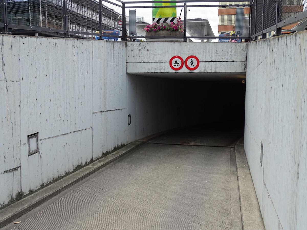 Das schwarze Parkhausloch in Baar beim Bahnhof: das Geisterbahn-Feeling für Autofahrer.
