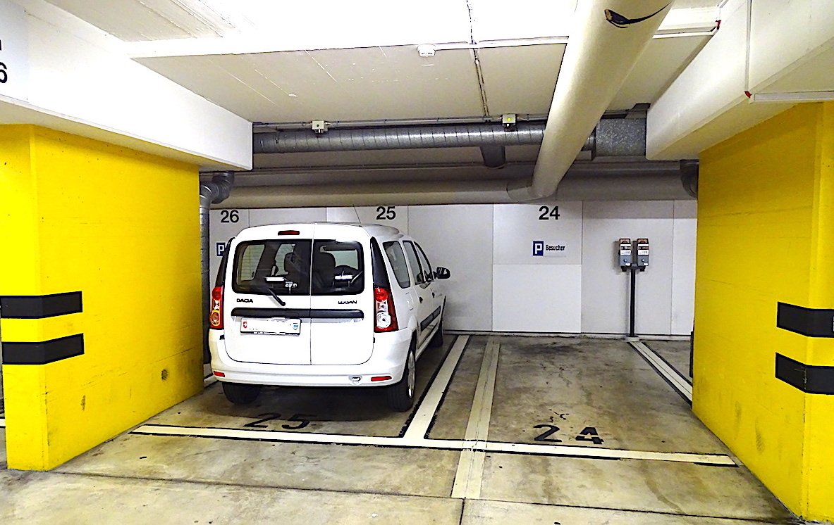 Maximal eng: ein Parkplatz im Zuger Erlenhof-Parkhaus. Ideal für das Autocarosserie-Gewerbe aufgrund der zu erwartenden Lackkratzer. Vorteil: Weil viele Autofahrer solch schmale Parklücken fürchten, ist meistens ein Parkplatz frei.