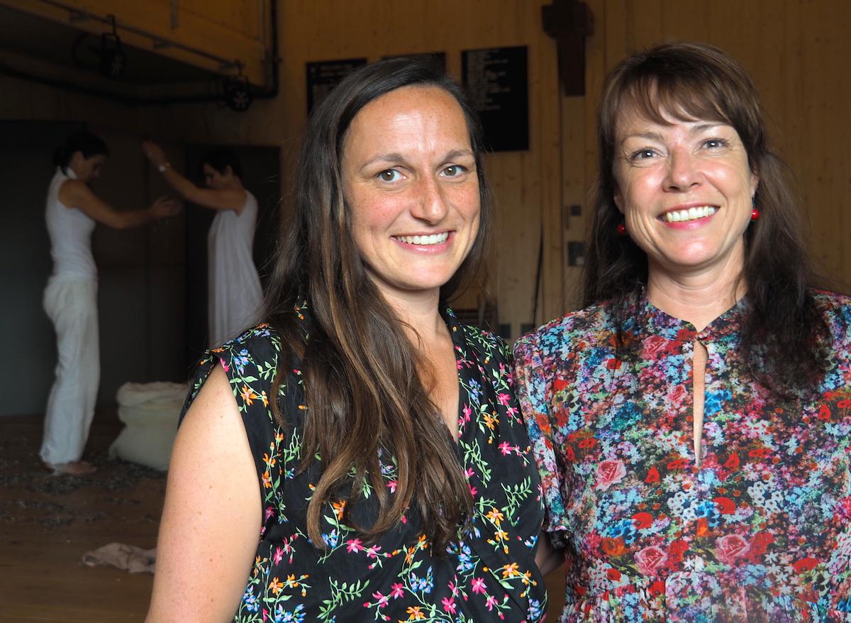 Irene Wespi und Pia Fassbind freuen sich auf das Sommerfestival – und besonders auf die Produktionen, die auf dem Kulturhof eigens dafür entstehen. So auch «Twins not Twins» im Hintergrund.