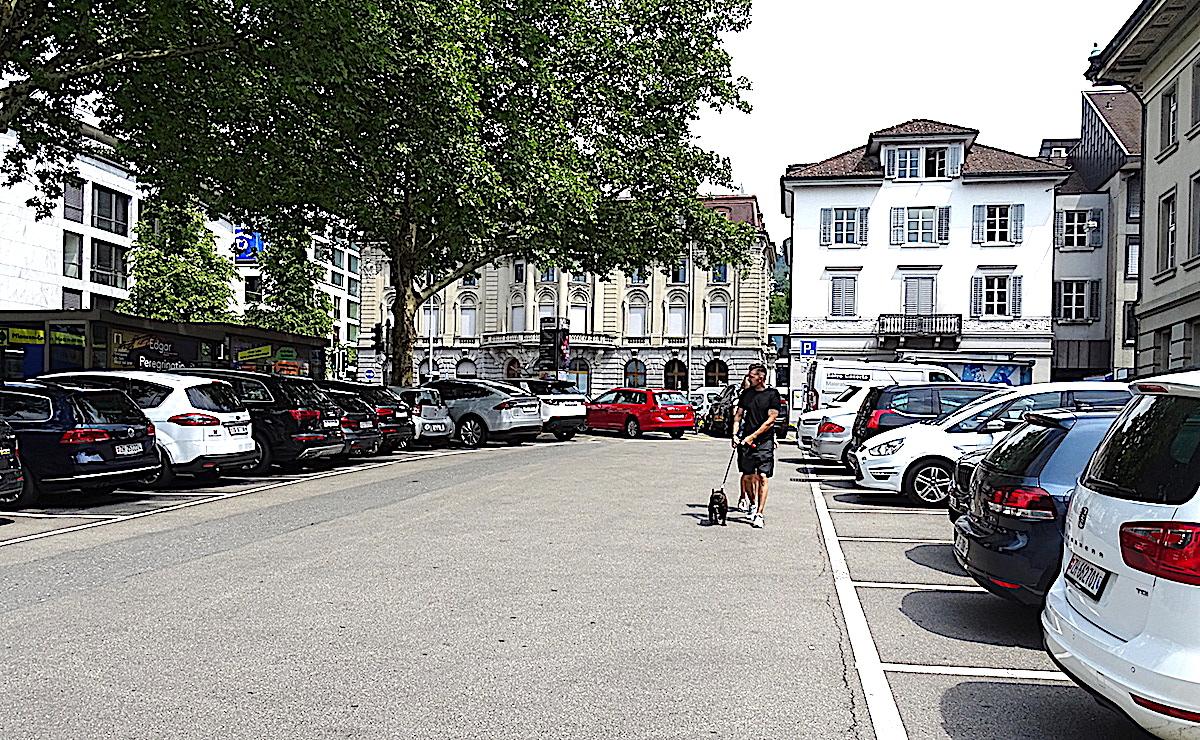 Diese 25 Parkplätze auf dem unteren Postplatz in Zug und 17 weitere in der Zuger Altstadt wird es wohl auch künftig geben. Die entsprechende Initiative wurde am Sonntag mit deutlicher Mehrheit angenommen.