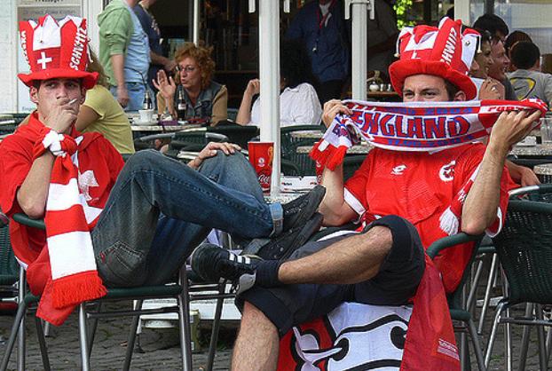 Schweizer Nati-Fans – nicht unbedingt bürotauglich.