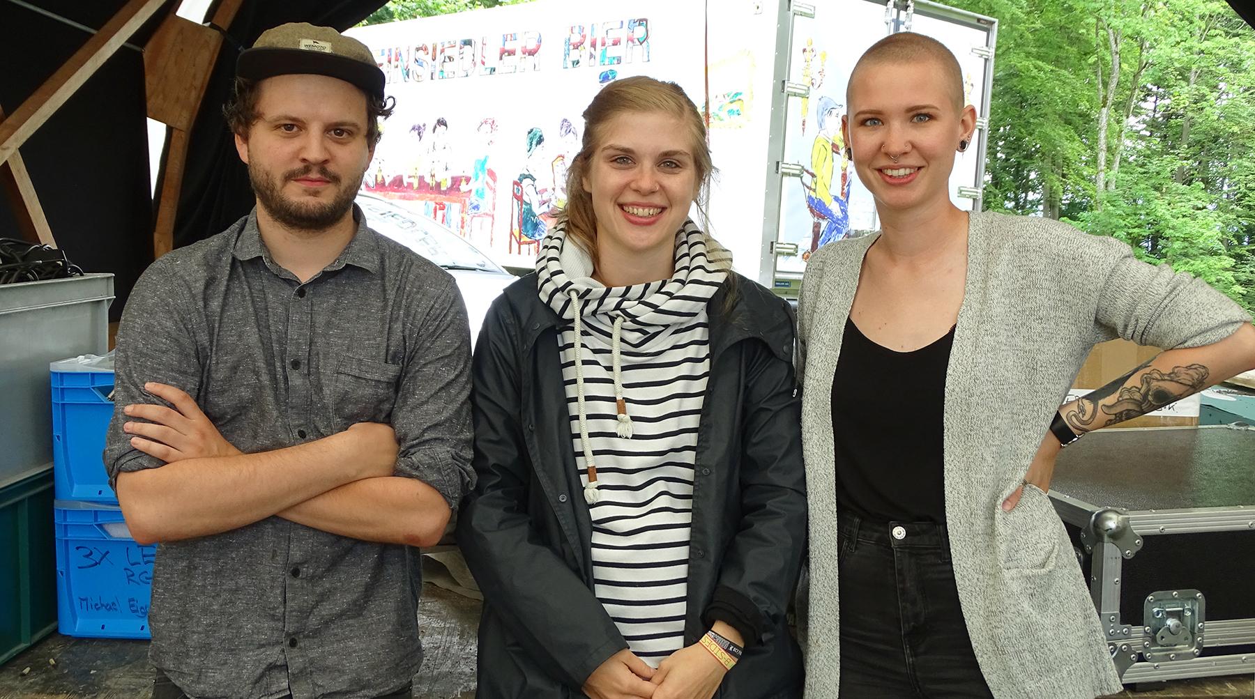 Benedikt Geisseler, Jennifer Jans und Vera Frasson, die für das Foto aus dem Festivalbüro krochen.