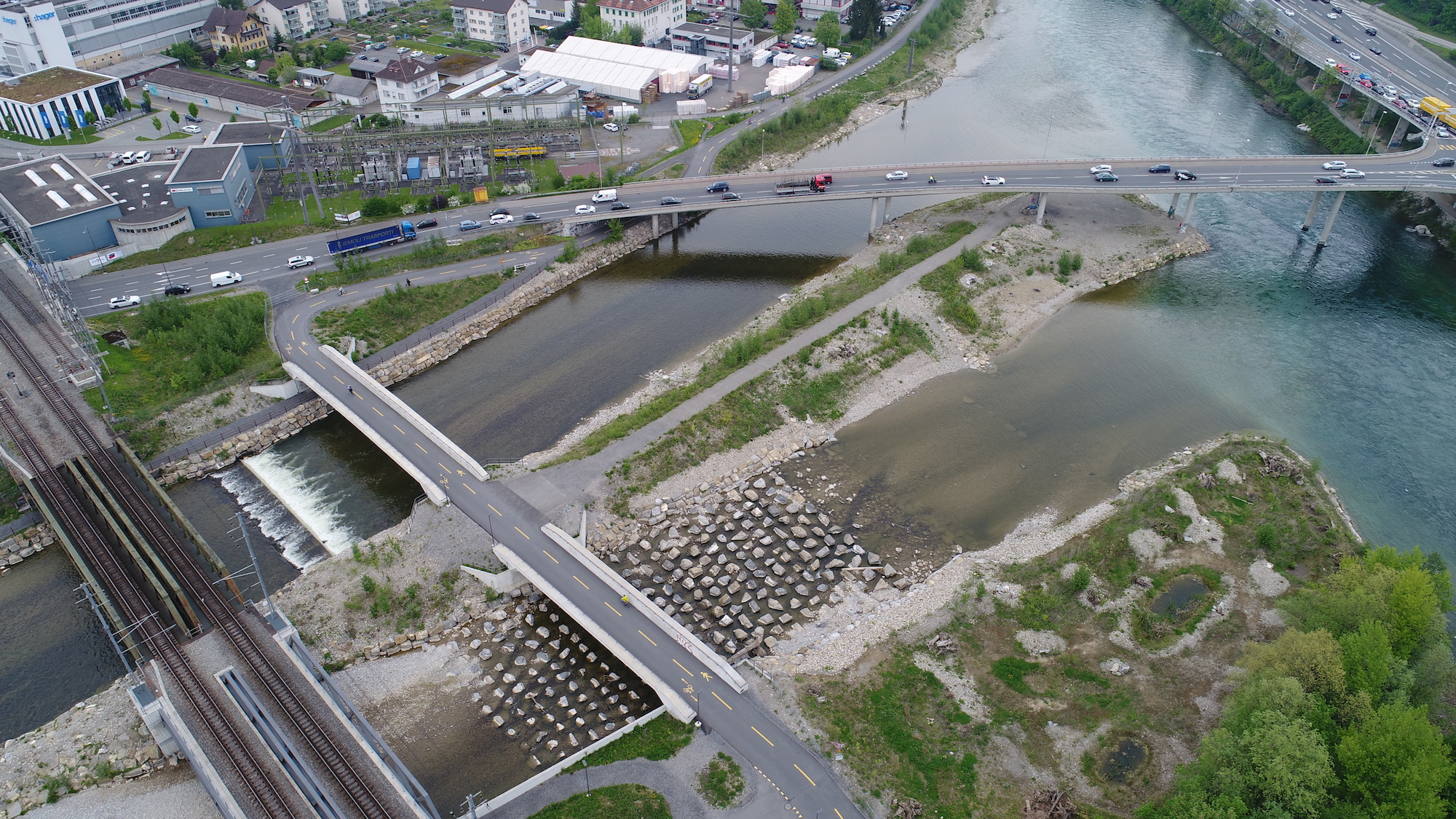 Fische können über die neu erstellte Blockrampe im Mündungsbereich der Kleinen Emme in die Reuss wieder Richtung Entlebuch schwimmen.