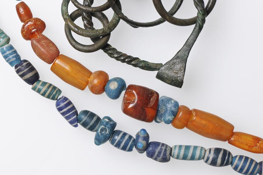 Bronze (Kupfer und Zinn), Glas und Bernstein: Rohstoffhandel gibt es in Zug nicht erst sein Glencore. Funde aus der Unesco-Welterbe-Fundstelle Zug-Sumpf, 800 v. Chr.