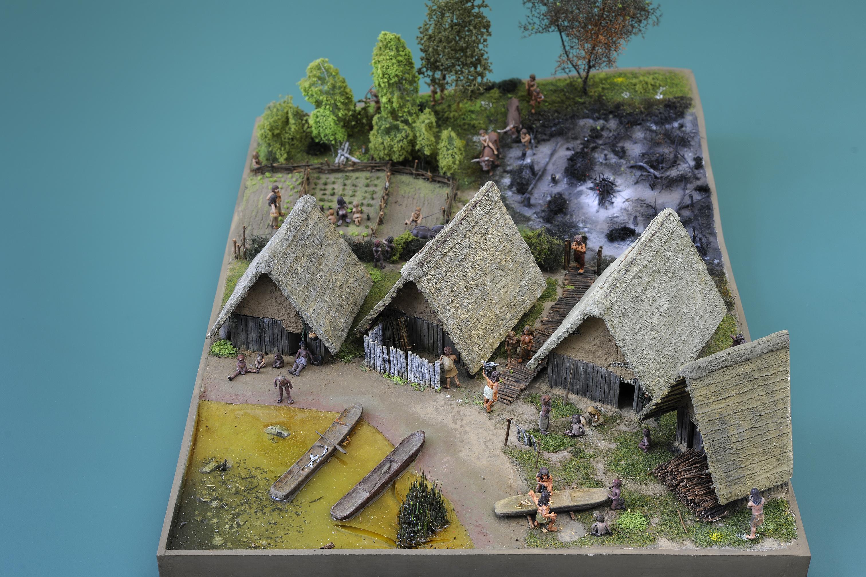 Wohnen mit Seesicht war bereits in der Jungsteinzeit beliebt. Modell eines Pfahlbaudorfs am Zugersee.