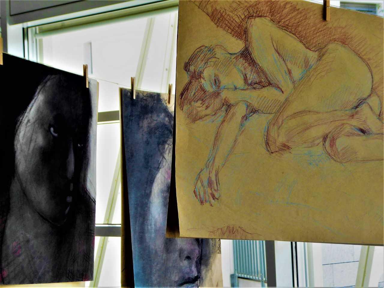 An Wäscheleinen hängen wild durcheinandergewürfelt Yves Scherers Zeichnungen und Grafiken.