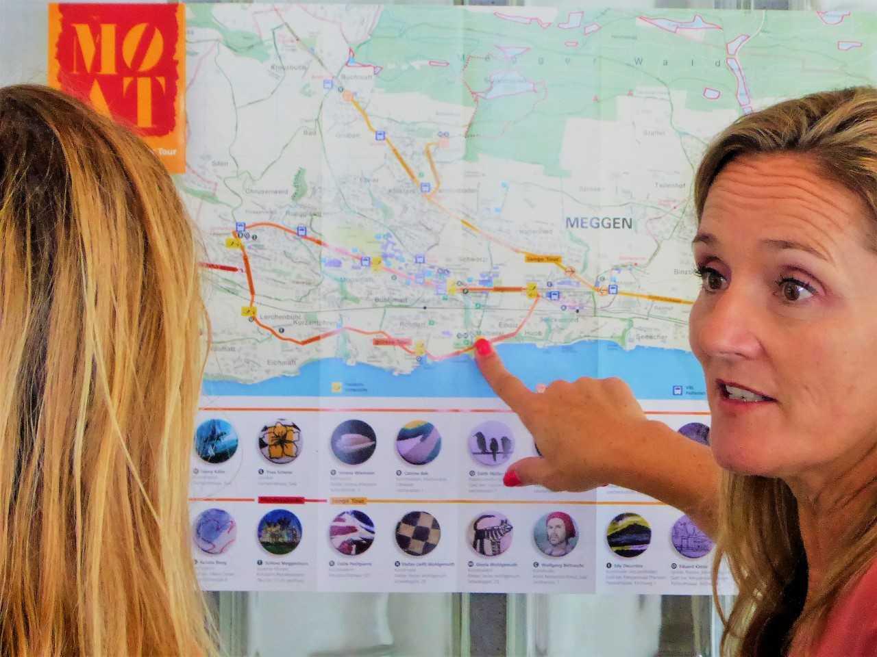 Jenny Kälin erklärt einem Gast, wie man zum nächsten Atelier kommt.