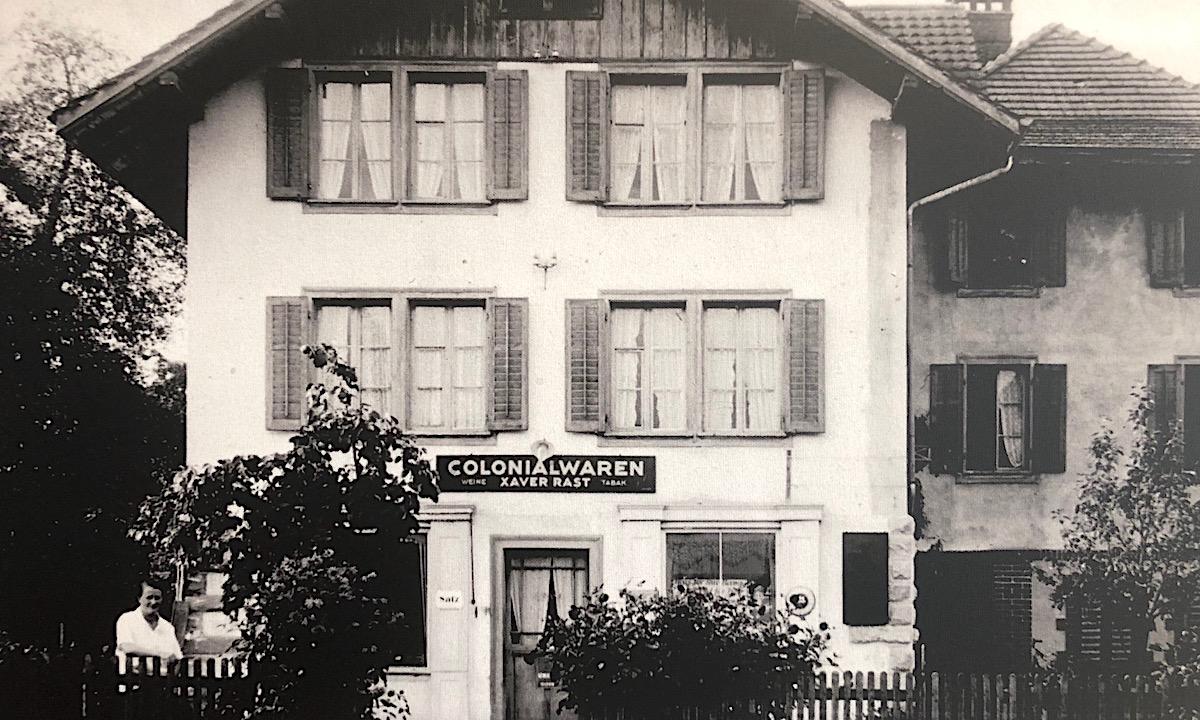 In Meggen nahm der Kolonialwarenladen seinen Anfang; unten links am Hag die stolze Besitzergattin.