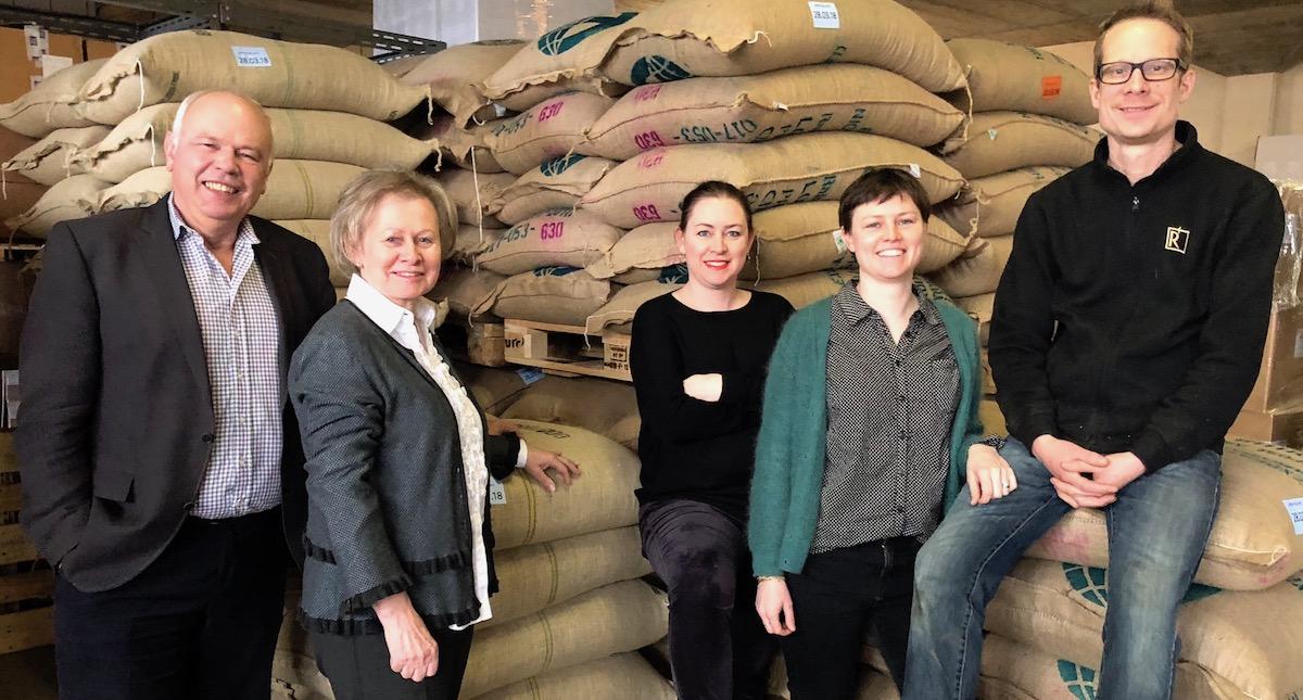 Zwei Generationen im Kaffee-Lager: Markus und Trudy Rast mit Töchtern Evelyne und Beatrice sowie Adrian Gisler (von links).