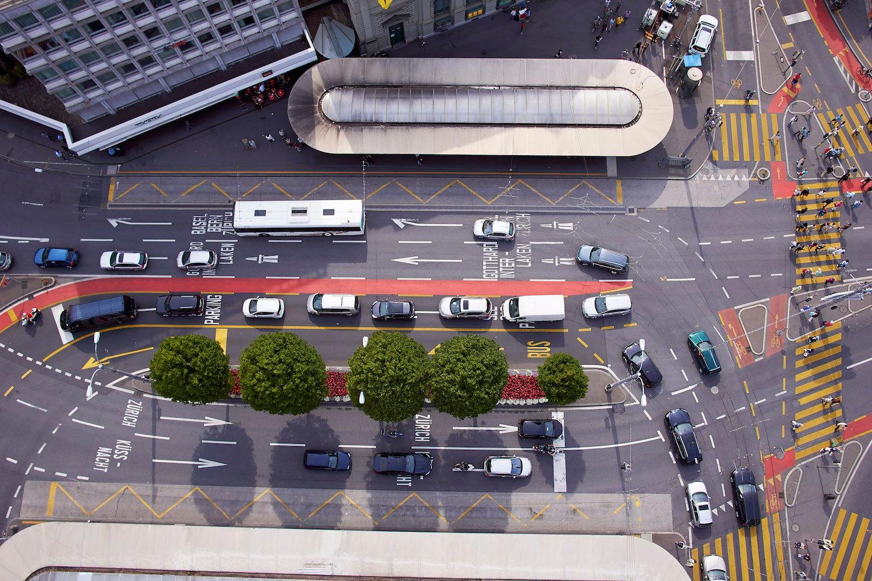 Die Baumreihe sowie die angrenzende, gelb markierte Busabbiegespur müssen Platz machen. Denn nebst der Bushaltestelle vor der Hauptpost kommt ein zweites Perron. Die Details des Projekts müssen aber noch ausgehandelt werden.