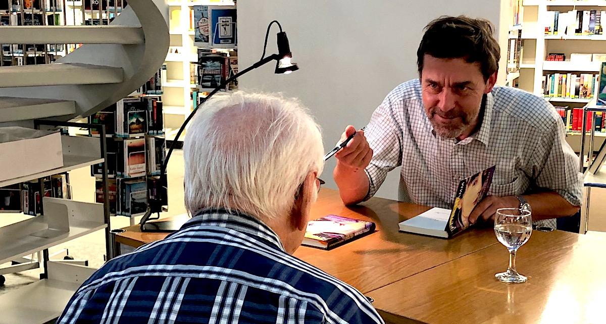 Kurzer Schwatz mit dem Fan: Peter Stamm beim Signieren.