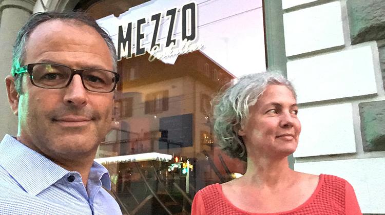 Dominik Hertach mit Partnerin Michèle Wyss vor dem «Mezzo» in Kriens.