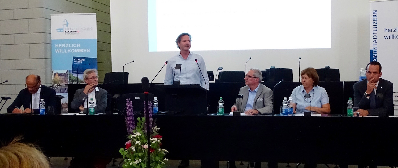 Das gesamte Podium. Von links: Matthias Senn, Adrian Borgula, André Bachmann, Robert Küng, Käthy Ruckli und Damian Müller.