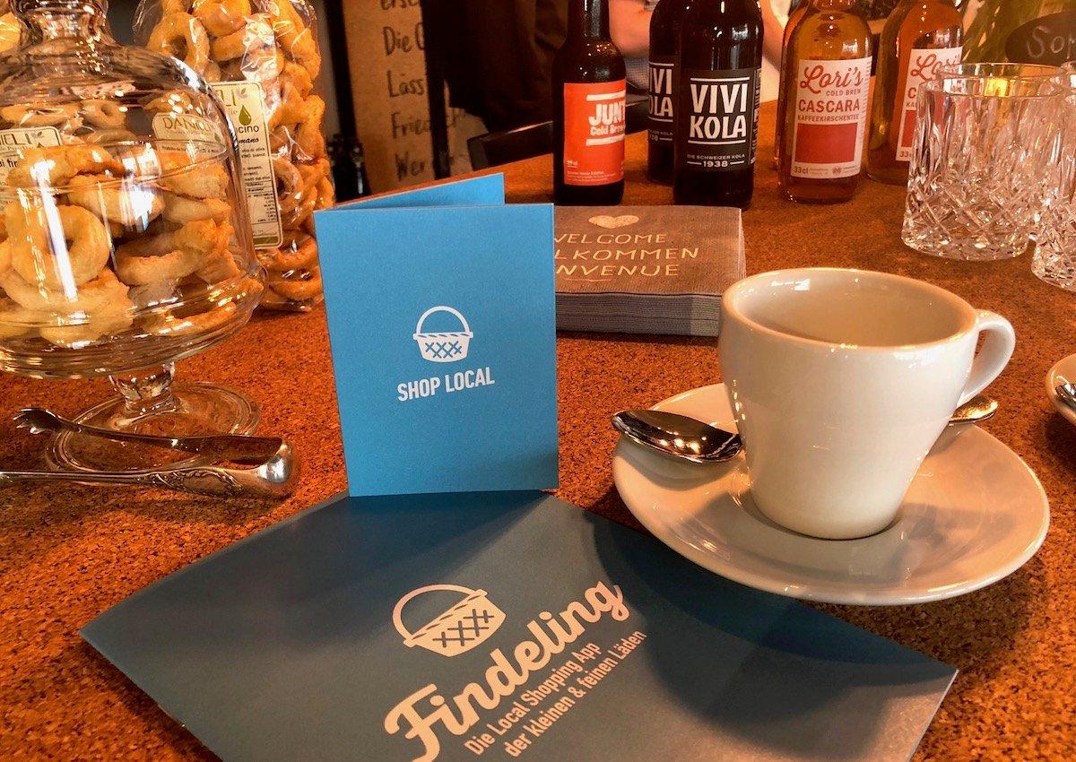 Produkte von «Findeling»-Shops: Tassen vom Cascade, Gebäck vom Sole del Sud und Getränke vom Koffeinshop.