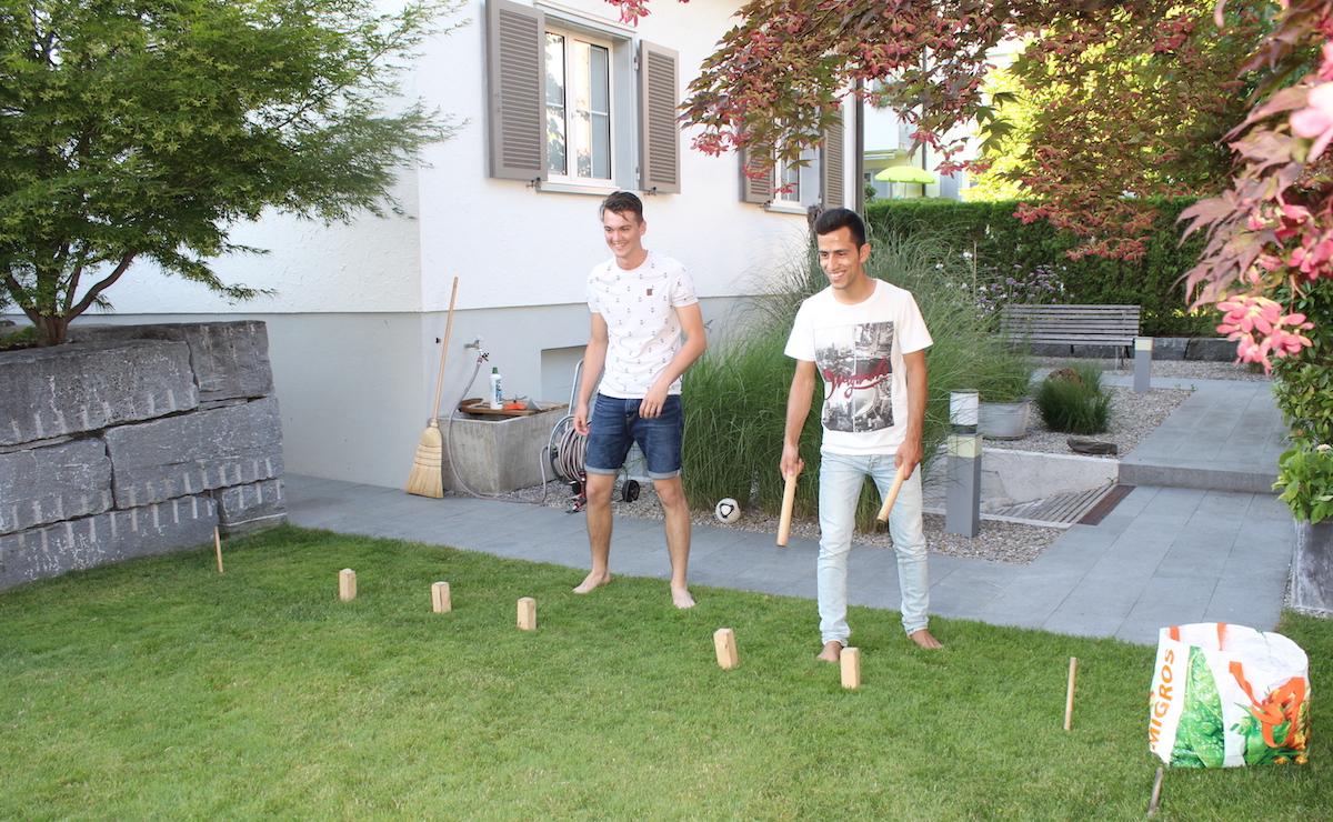 Während das Abendessen vorbereitet wurde, spielten Nils und Jan mit Rahim ein Holz-Wurfspiel.