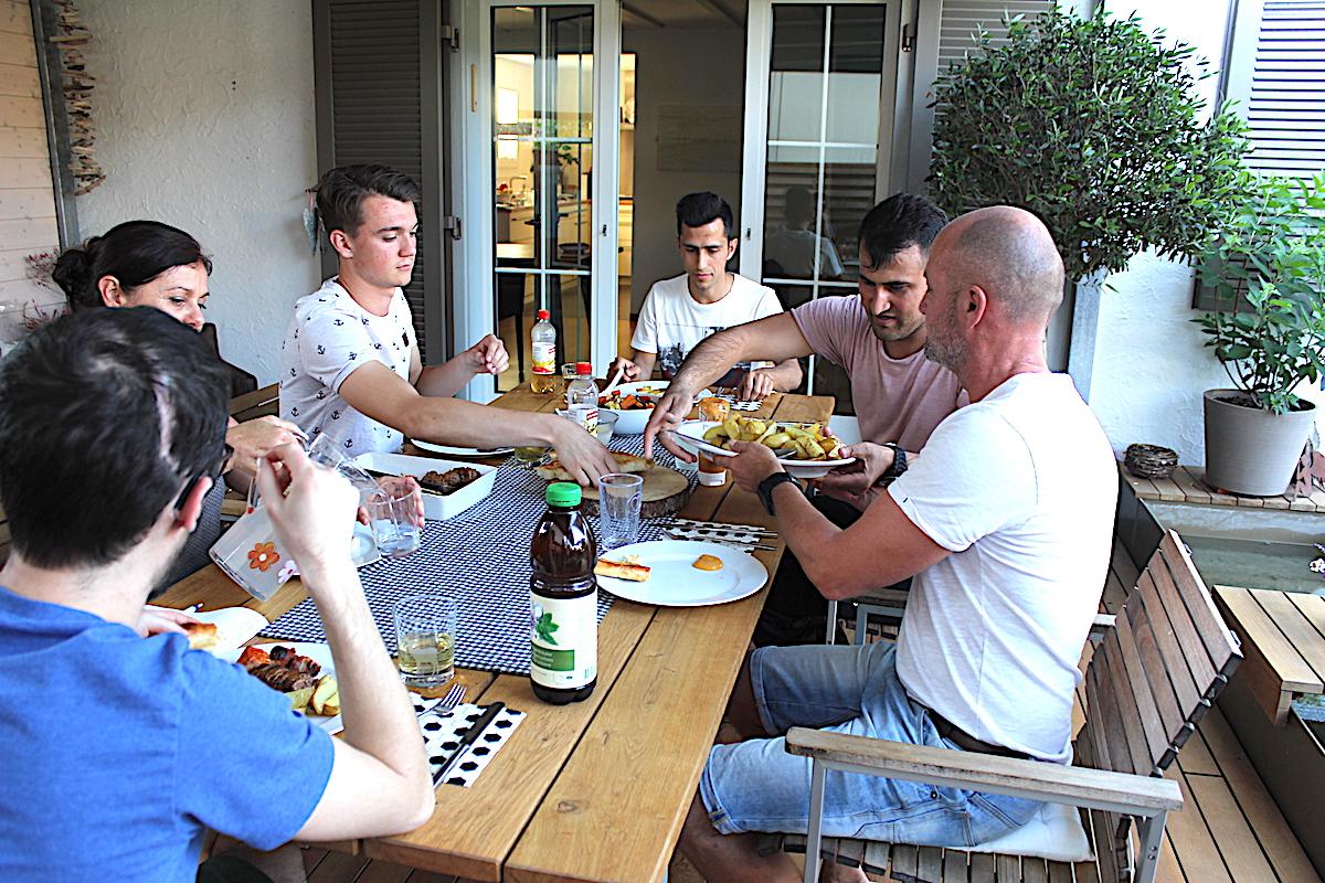 Lockere Stimmung beim Abendessen: Die beiden Afghanen freuten sich, eine so nette Familie kennen gelernt zu haben – ebenso wie die Bruhnsens, die sich freuten, so angenehme Gäste am Tisch zu haben.