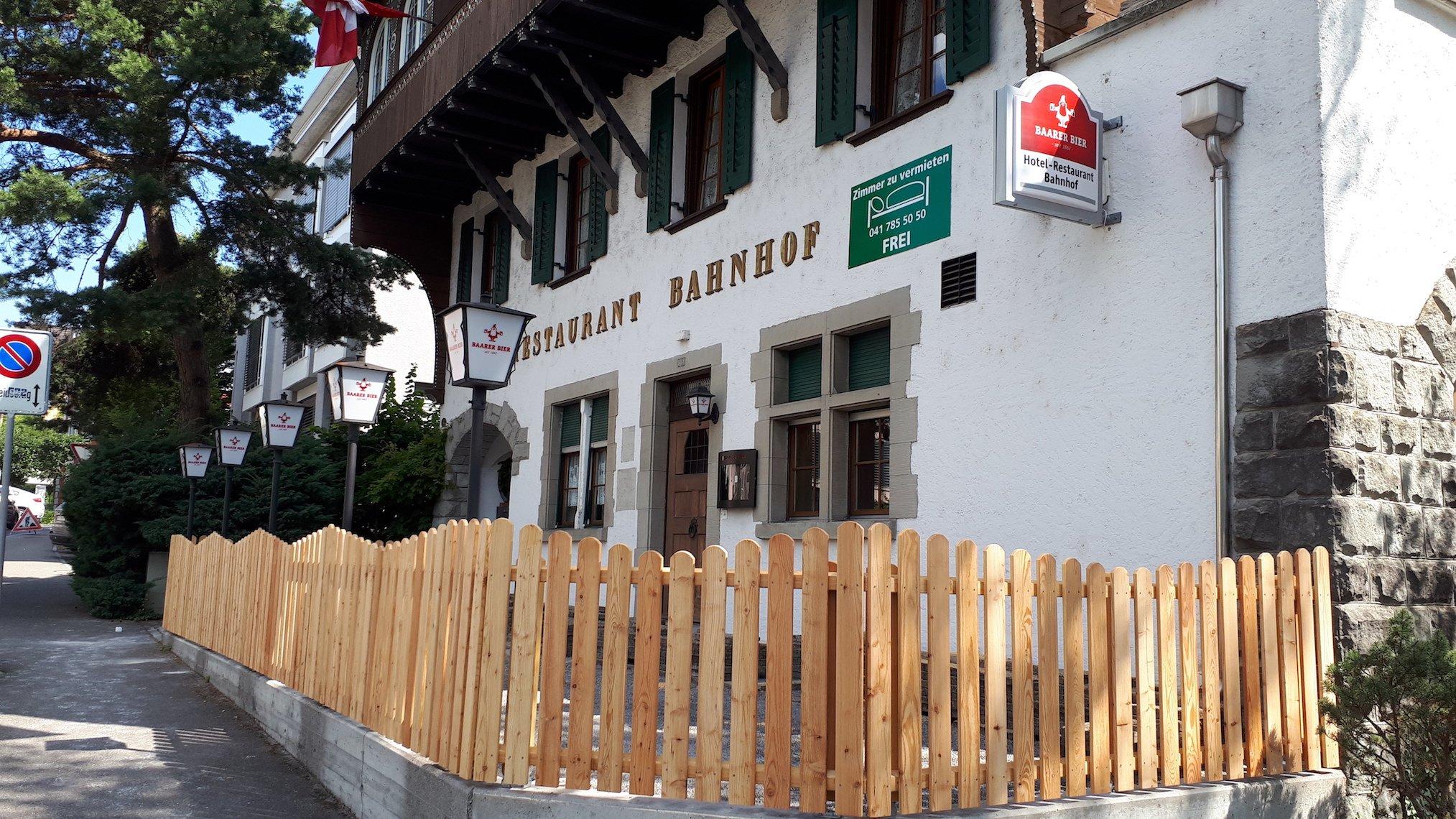 Neuer Gartenhaag für die Gartenbeiz, neues Wirtshausschild: Hotel Bahnhof, Cham.