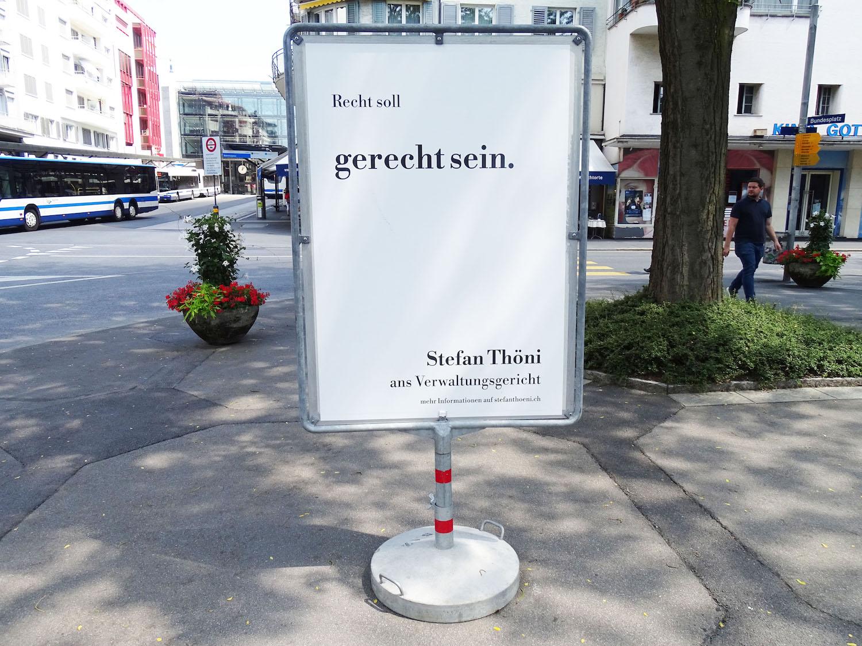 ...nämlich Pirat Stefan Thöni mit eigenem Plakat. Die Plakate stehen unmittelbar nebeneinander auf dem Zuger Bundesplatz.