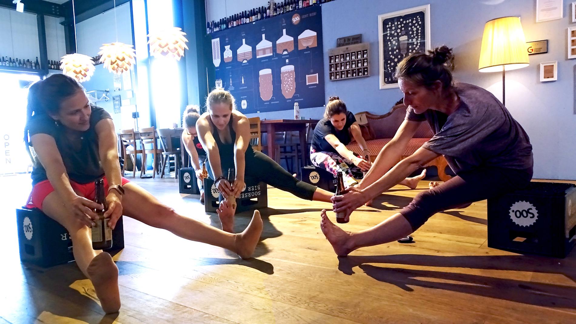 «Vielleicht bringst du auch den Mund zur Flasche? Irgendwie sollte es doch gehen», so die Worte der Yoga-Praktizierenden.