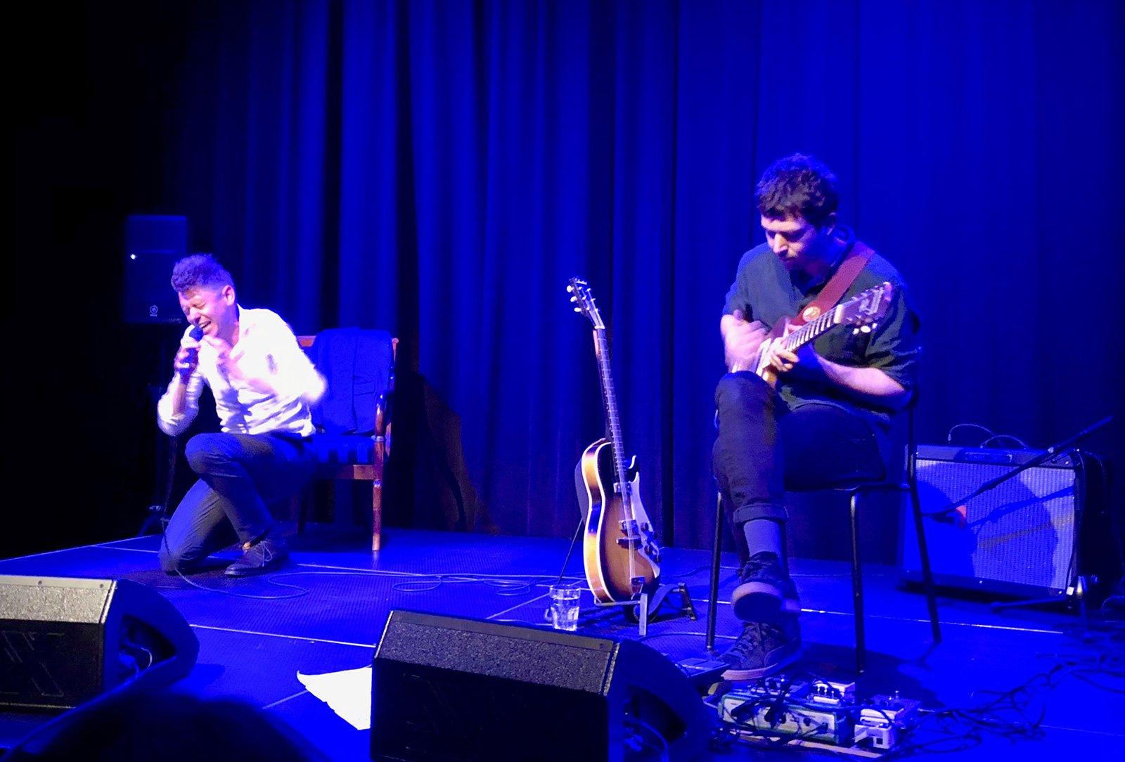 Autor Michael Fehr (links) und Gitarrist Manuel Troller ergänzen sich aufs Beste.