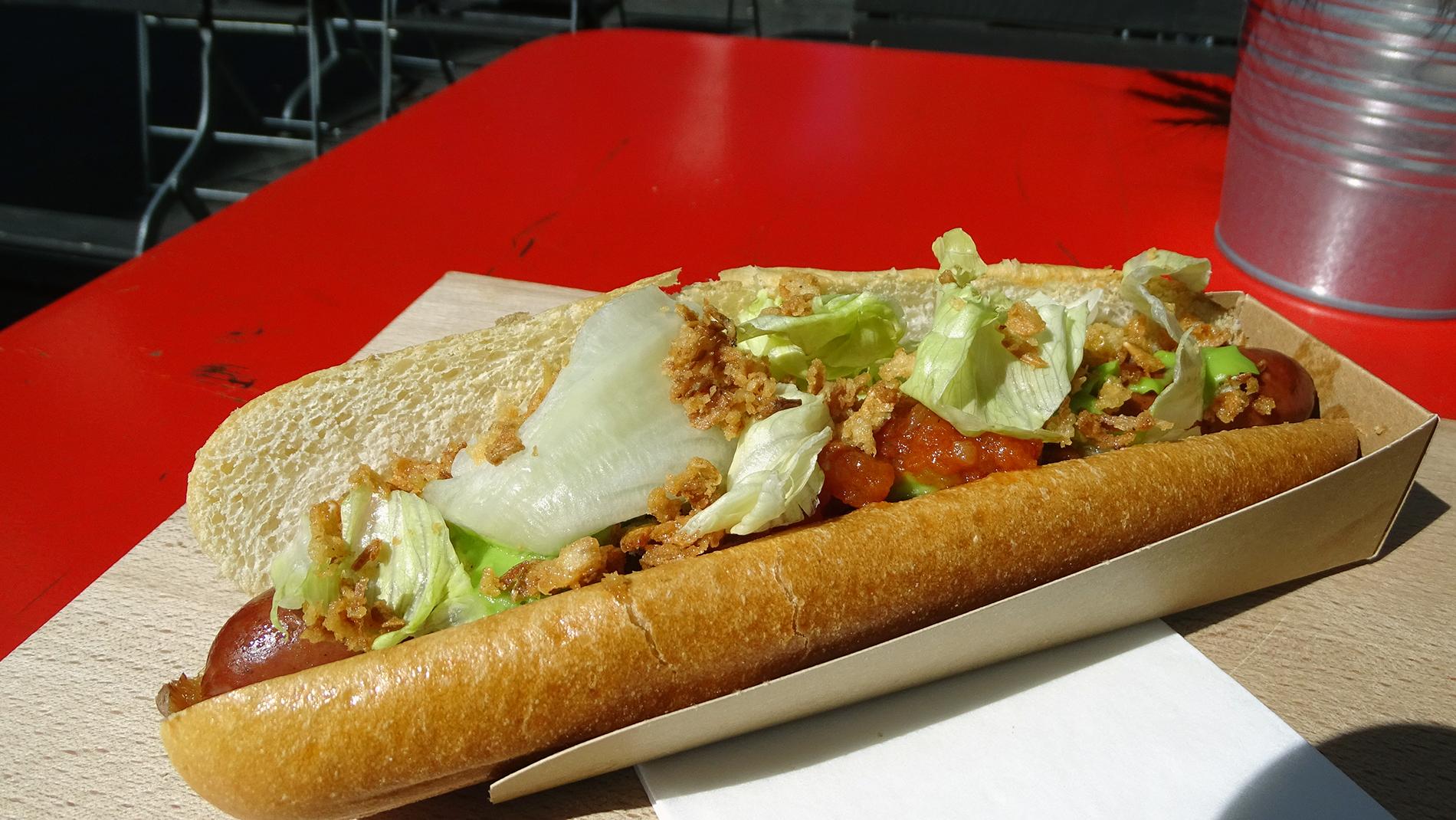 Der «Fresh-Dog»: Eine Rindswurst im Brioche, umgeben von Guacamole, Tomaten, Relish, Sauerrauhm, Eisbergsalat und Röstzwiebeln.