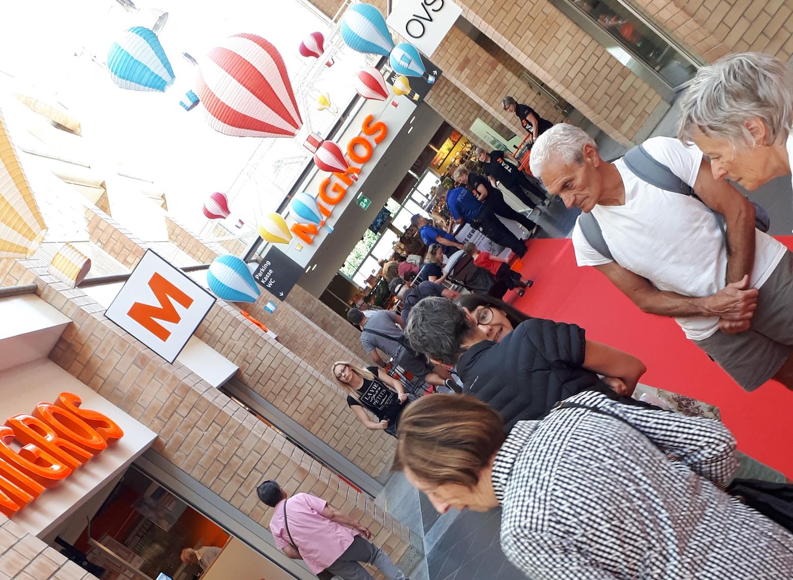 Freude herrscht: Ballone künden von der Wiedereröffnung der Migros im Chamer Neudorf-Center.