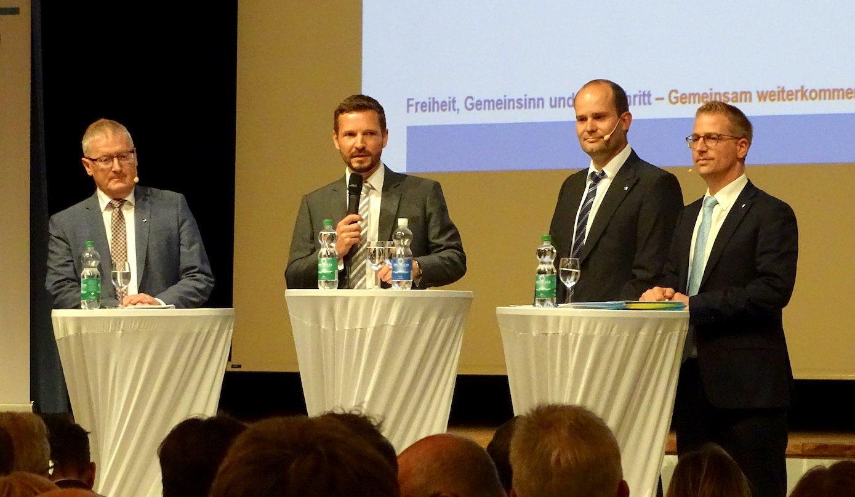 Die Fragen waren naturgemäss nicht all zu kritisch: Rolf Born, Moderator Florian Ulrich, Fabian Peter und Jim Wolanin (von links nach rechts).