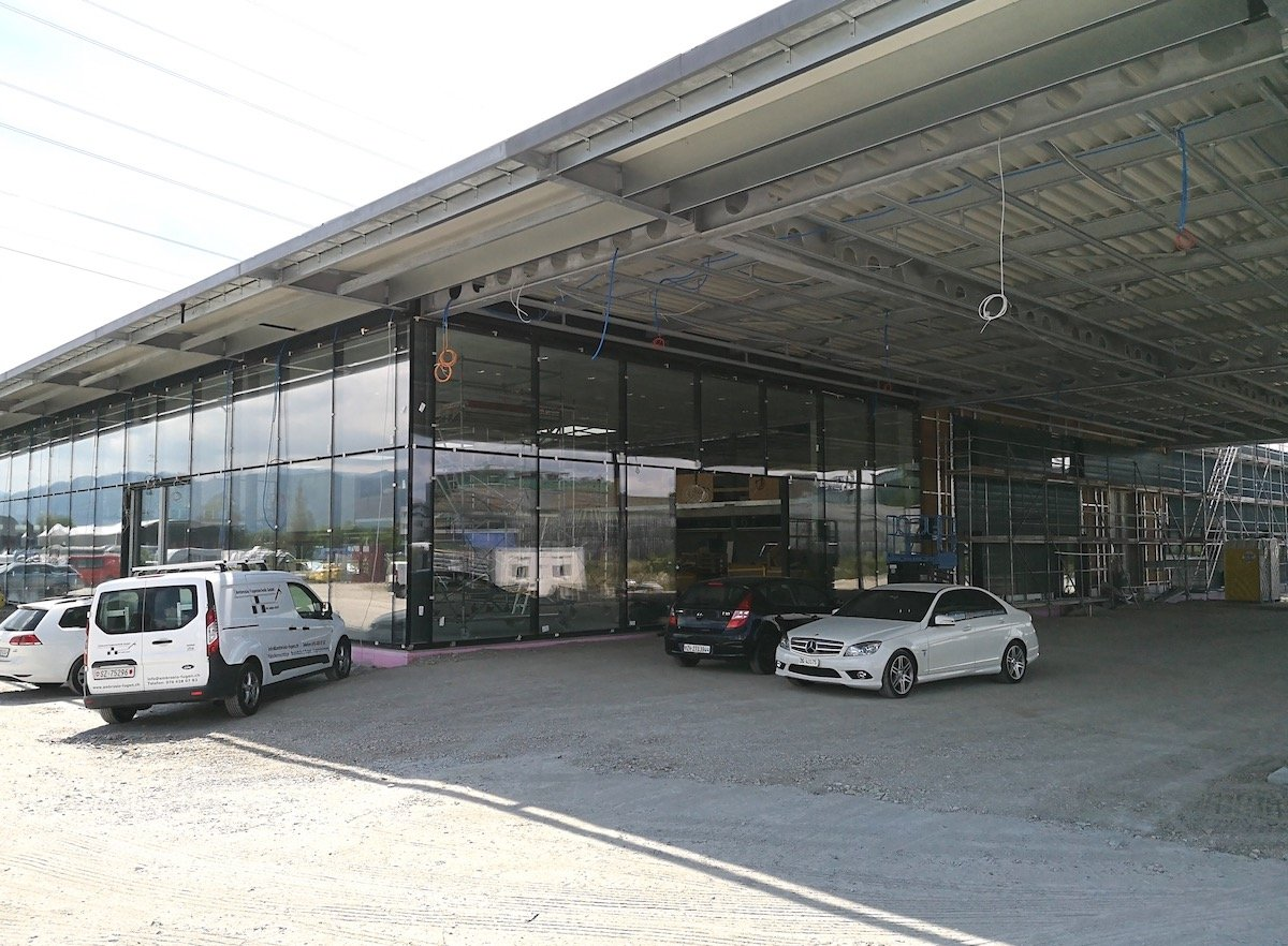 Die ersten Mercedes-Wagen stehen schon vor der Tür: Die noch im Bau befindliche neue Auto-Garage im Steinhauser Gewerbegebiet.