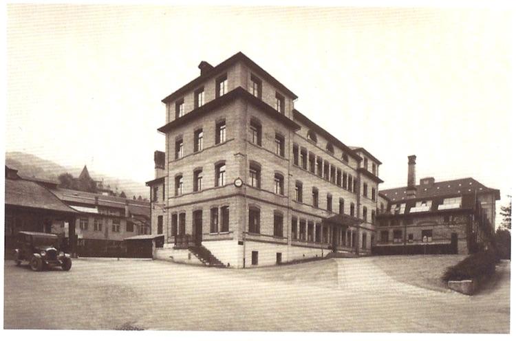 Das Theilerhaus an der Hofstrasse 13 in Zug, um 1918.*