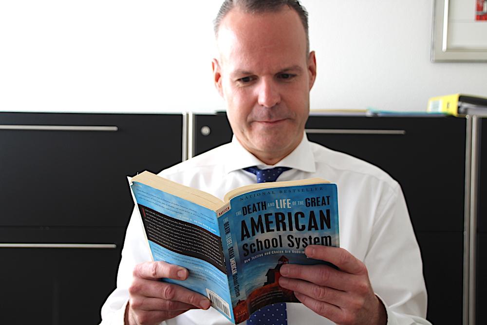Zugs Bildungsdirektor Stephan Schleiss schmökert auch mal in US-Handbüchern, wenn es um die Überprüfung der Grundkompetenzen von Schülern geht. Nur mit den Lycées hat er es nicht so.