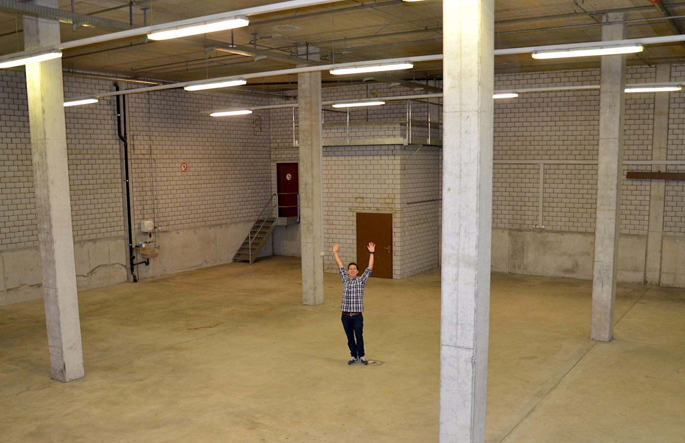 Marut Kiatprasert in der noch leeren Halle auf dem Lorzenareal in Baar.