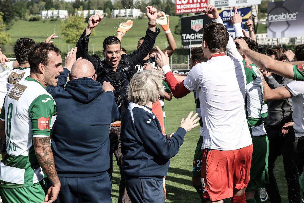 Trainer Bruno Berner (schwarzes Hemd) feiert mit der Mannschaft.