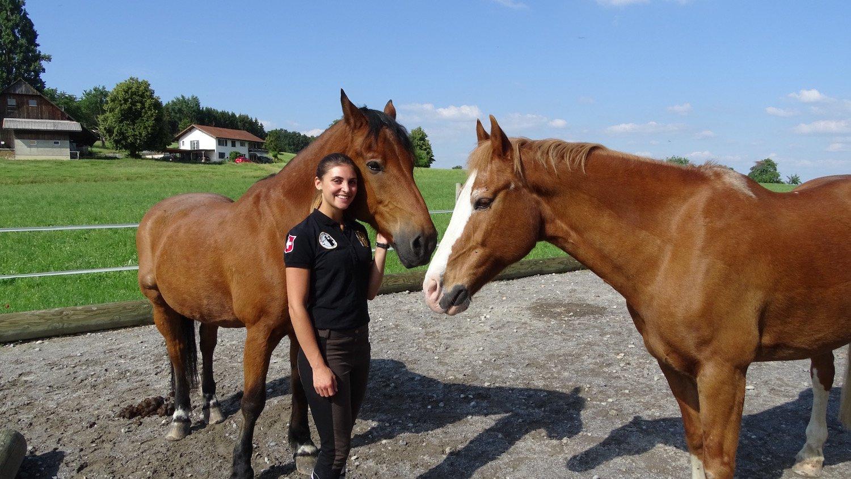 Die beiden Pferde fühlen sich wohl – Michelle Schürmann kennt keine Berührungsängste.