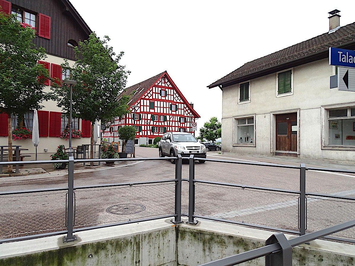 Total winzig: Das Dorfzentrum von Inwil – im Vergleich zu den umgebenden Überbauungen.
