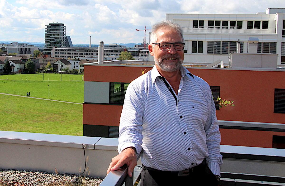 Auch Baars Bauchef Paul Langenegger – hier auf der Terrasse seiner Wohnung in Inwil – ist nicht glücklich über die gigantische Entwicklung des Dorfs.