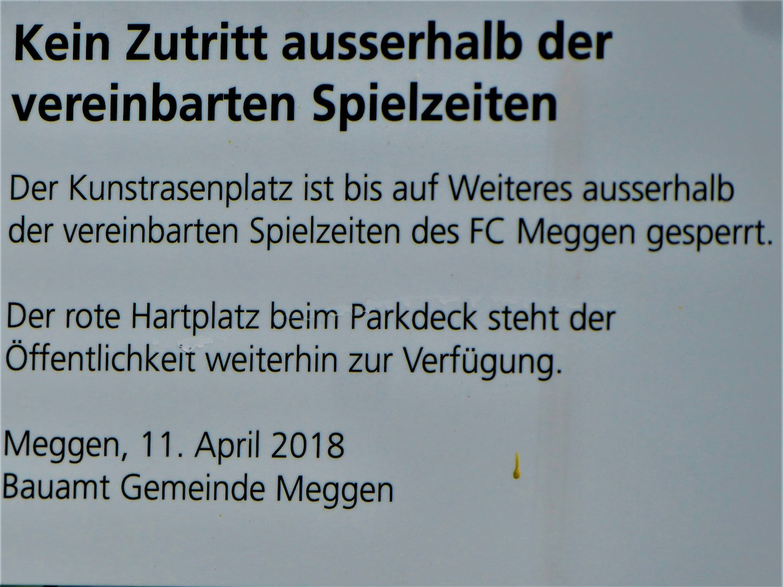 Seit Mitte April prangt ein für Unverständnis sorgendes Verbotsschild am Eingang des Fussballplatzes.