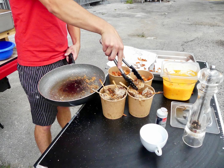 Die Lama-Sticks kommen zusammen mit den Süsskartoffeln in einen kompostierbaren Becher. Dazu gibt's einen Mango-Dip.