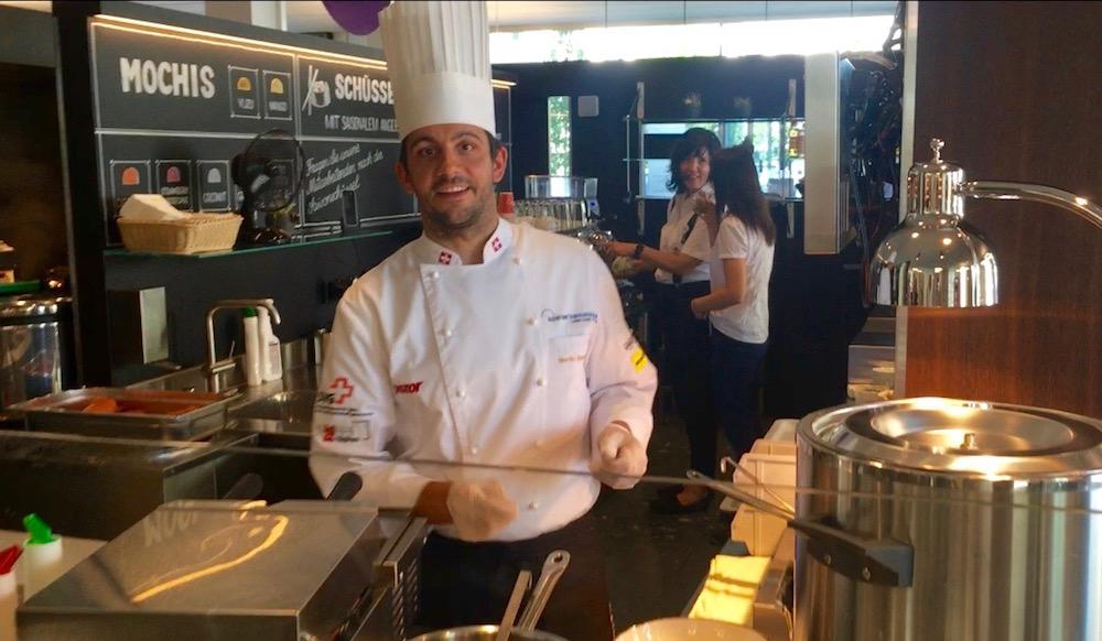 Martin Stadelmann mit seiner WM-Uniform im Restaurant «Vitamins».