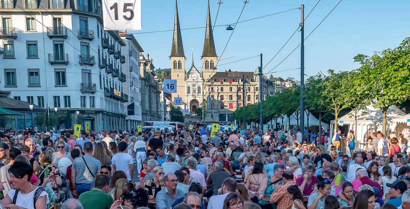 Proppenvoll beim Luzerner Seefest: Die Innenstadt an der Seepromennade.