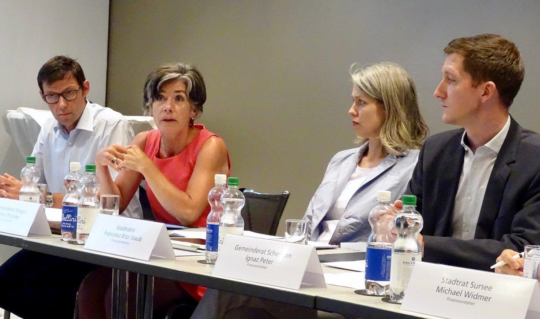 Die Weggiser Finanzvorsteherin, Esther Pfrunder, legt die Argumente dar. Man ist mit den Plänen des Kantons nicht einverstanden.