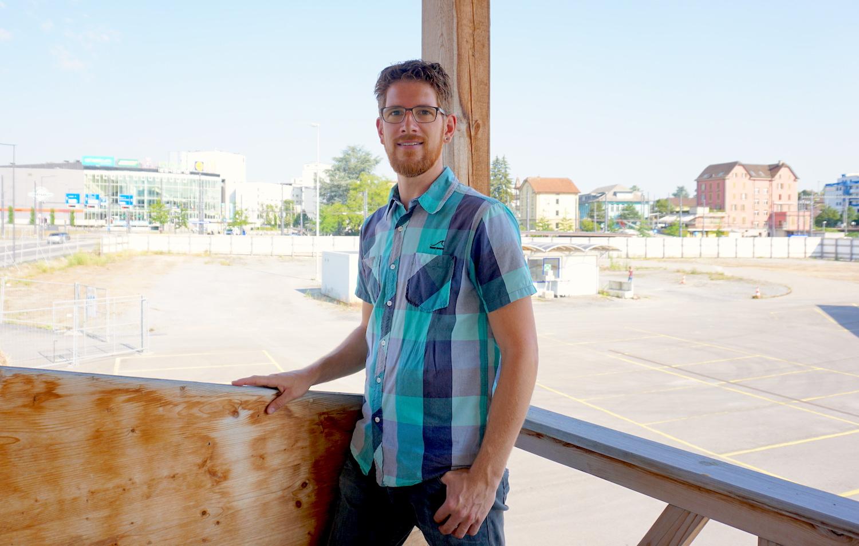 Raffael Känzig, verantwortlich für das Urban Farming auf dem Areal im Hintergrund.