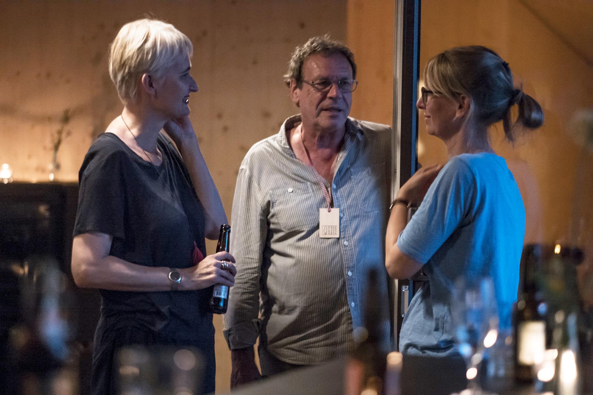 Georg Schramm im Gespräch mit zwei Besucherinnen im Kulturhof Hinter Musegg.