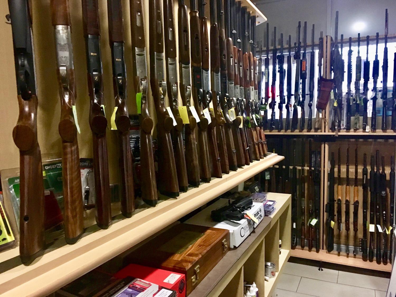 Der Showroom bei «Stampfli Waffen». Dutzende Gewehre und Pistolen unterschiedlicher Kaliber und Funktionen gibt es hier zu kaufen.