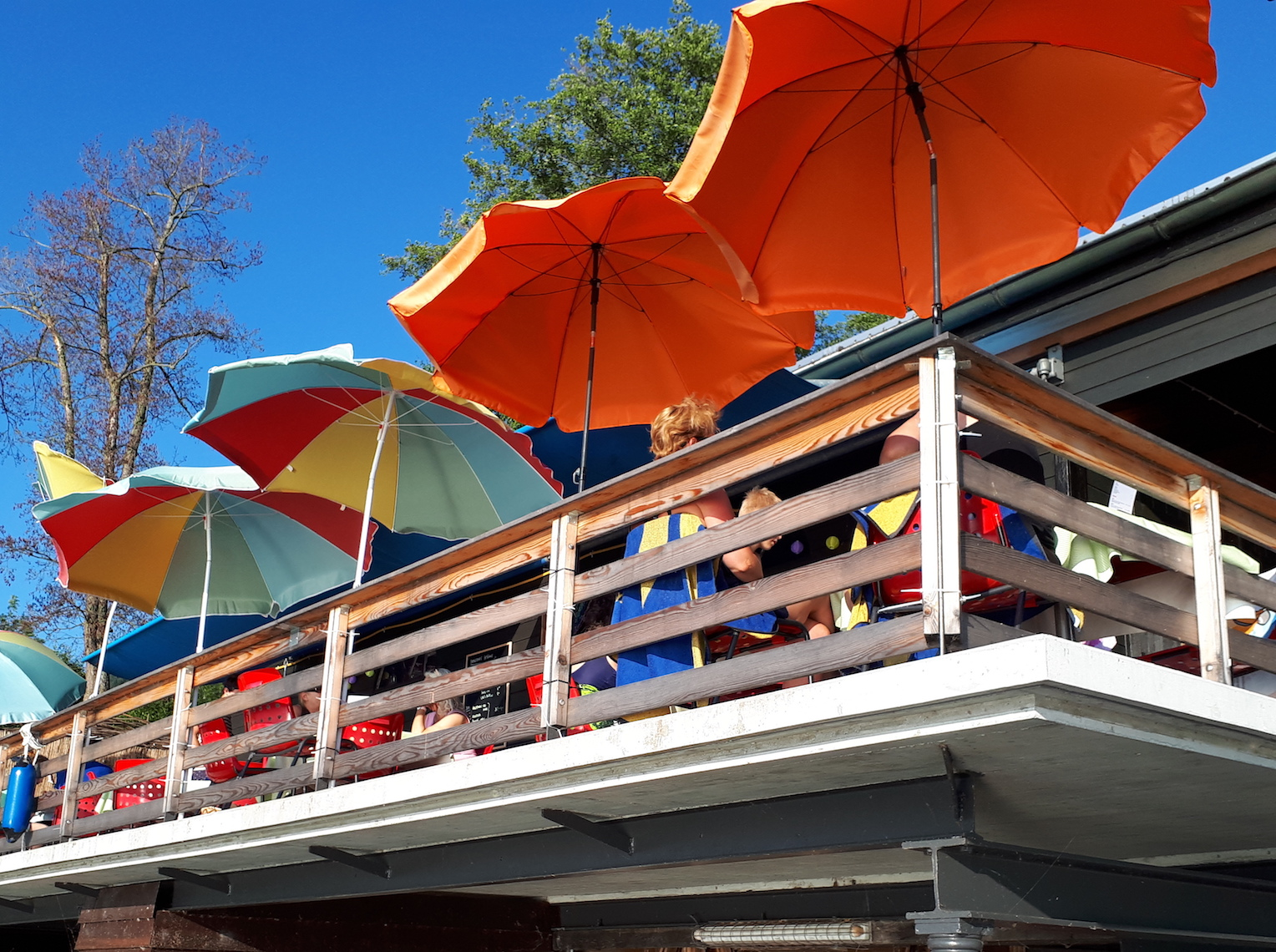 Beliebt an schönen Sommertagen: In-Beiz in der Badi Trubikon in Oberwil.