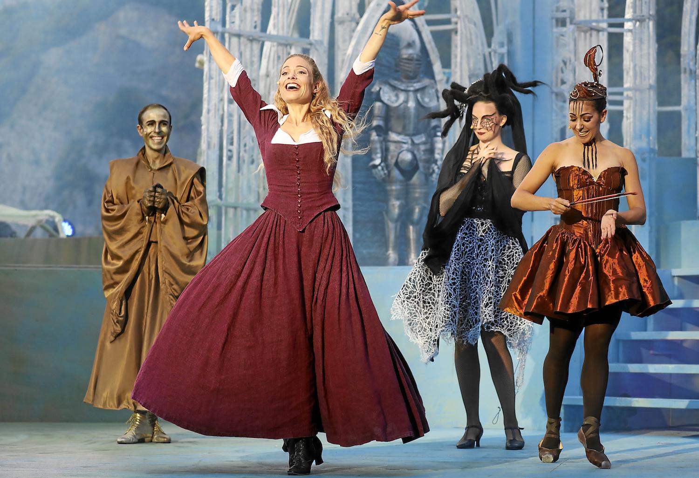 Bella Eveline Suter tanzt mit den verwunschenen Seelen im Schloss auf der Walenseebühne.