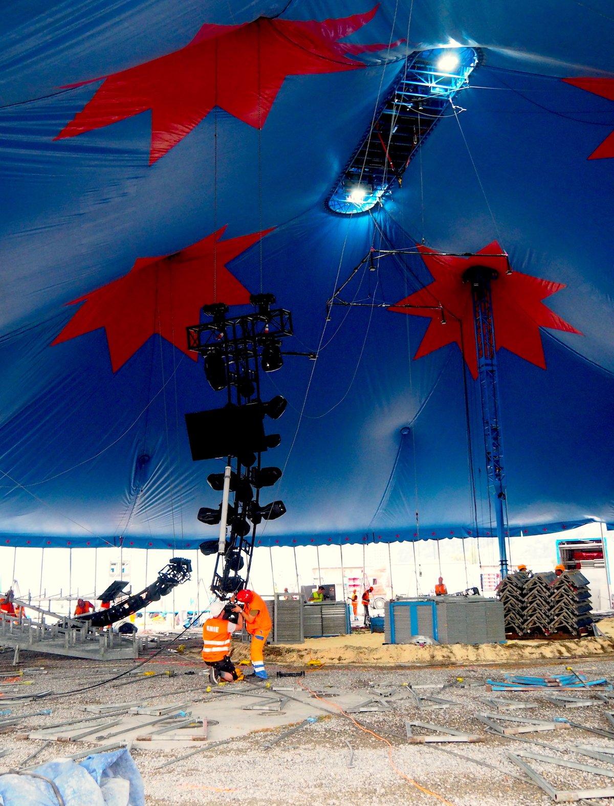 Tonnenweise Technik wird unter die Kuppel gezogen. (Bild: jav)
