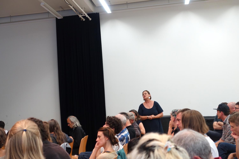 Die städtische Kulturchefin Rosie Bitterli redet zu den Anwesenden.
