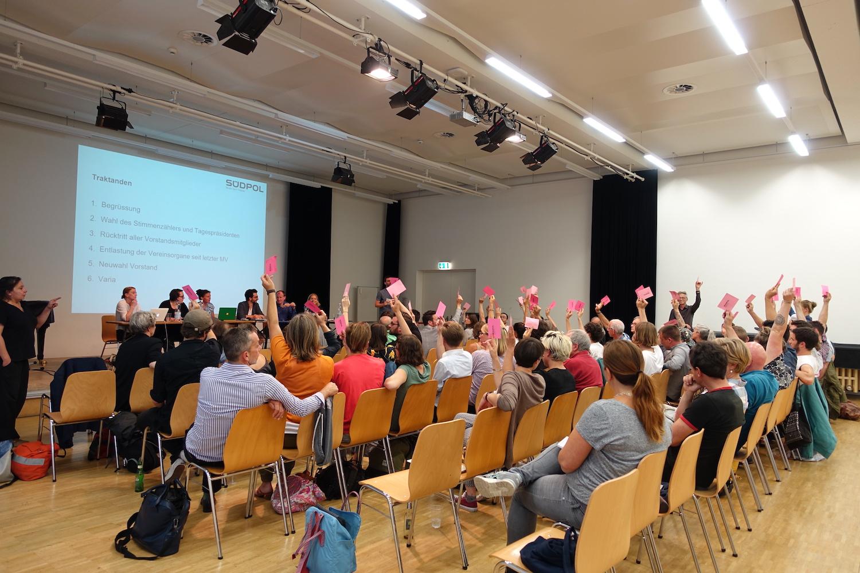 Abstimmung: Die meisten Anwesenden waren für eine Verschiebung des Rücktritts des Vorstands.
